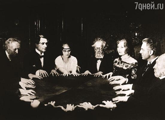 Увлечение спиритизмом казалось Джерому нелепым — на дворе XIX век, кто теперь верит в столоверчение, медиумов и скачущие по столу тарелки, передающие информацию с того света?