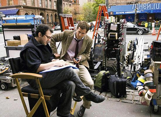 Райан Рейнолдс с режиссером Эдамом Бруксом на съемках фильма «Определенно, может быть»