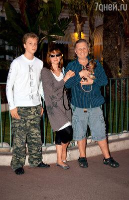 С мужем и сыном Денисом во время гастролей театра «Современник» в Канне. 2008 г.