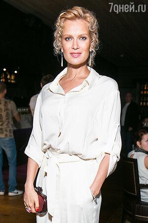 Олеся Судзиловская в комбинезоне от Valentin Yudashkin и клатчем от Bottega Veneta на вечеринке White Party