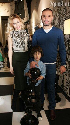 Анастасия Гребенкина с мужем Юрием и сыном Ваней