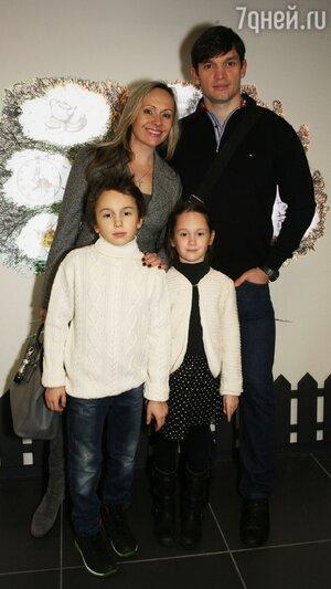 Мария Бутырская с мужем Вадимом Хомицким, сыном Владиславом и дочкой Александрой