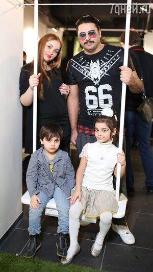 Александр Бердников с женой Ольгой и детьми Марселем и Миланой