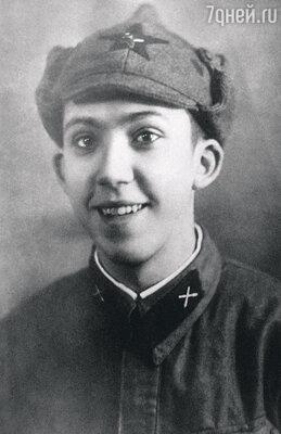 «На фронте у Юры завязался романв письмах с девушкой Ритой. Всю войну он мечтал вернуться в Москву и жениться на ней»