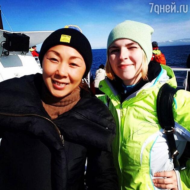 Анита Цой со своим пресс-секретарем Софьей