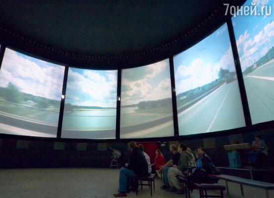 В кинотеатре «Круговая кинопанорма» на одиннадцати экранах демонстрируются уникальные фильмы, снятые еще в семидесятые годы по оригинальной технологии