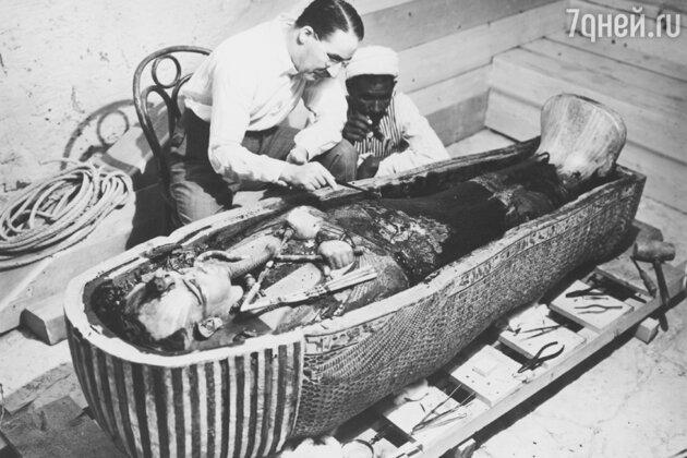 Говард Картер на раскопках гробницы Тутанхамона