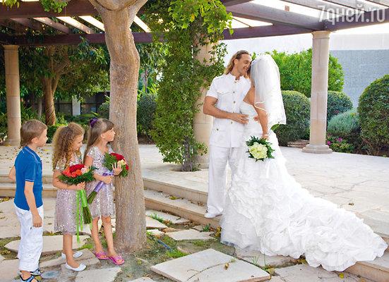 «С Игорем Николаевым я очень хотела сыграть настоящую свадьбу, побывать в наряде невесты, но жених меня такой возможности лишил. А с Сережей решила так: теперь беру реванш — мы с Сережей устраиваем свадьбу каждый год»