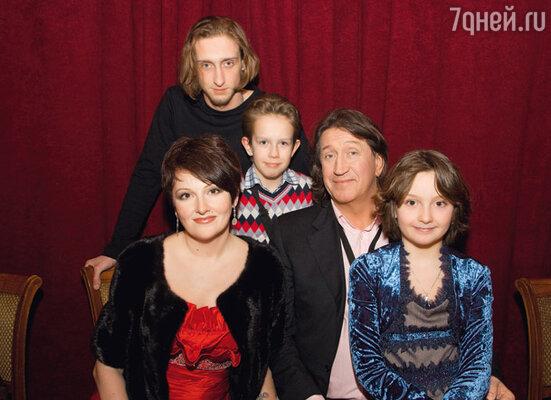 Юбиляр с женой Мариной и детьми Филиппом, Саввой и Дарьей