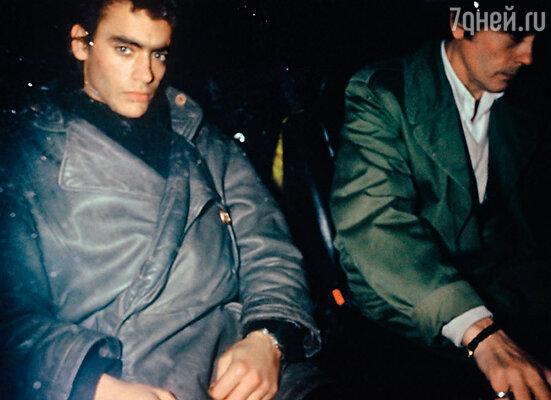 Через три недели после ареста в камере Энтони появился тюремный чиновник и сообщил, что известный парижский адвокат приложил максимум усилий для освобождения сына своего клиента. У ворот тюрьмы бывшего заключенного ждал отец — Ален Делон...