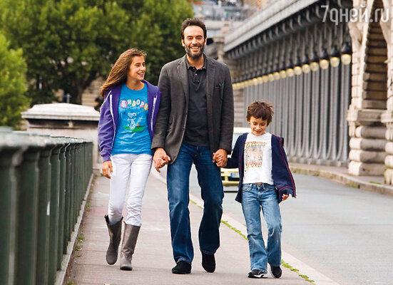 Помня, через какие страдания ему, нелюбимому ребенку, пришлось пройти, Энтони дал себе зарок подарить дочкам то, чего всегда был лишен — заботу, внимание и нежность. На фото: с Лу и Лив
