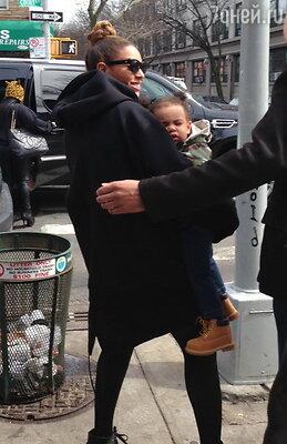 Бейонсе с дочкой Блю Айви (март 2013 года)