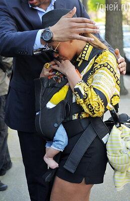 Бейонсе с дочкой Блю Айви (апрель 2012 года)