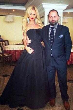 Виктория Лопырева в платье от Carolina Herrera с Ташем Саркисяном
