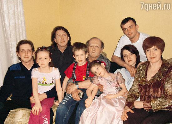 В кругу семьи (слева направо): с сыном от второго брака Филиппом, дочерью от третьего брака Дашей, сыном от второго брака Саввушкой, братом Вячеславом, внучкой Настей, сыном от первого брака Сергеем и его женой Олей и женой брата Зинаидой