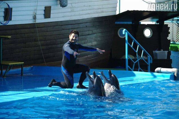 Михаил Галустян провел несколько дней в дельфинарии в Геленджике для съемок в комедии «Подарок»