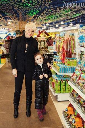 Катя Лель с дочкой Эмилией на открытии магазина «Десткий мир» в торговом центре «МЕГА Белая Дача»