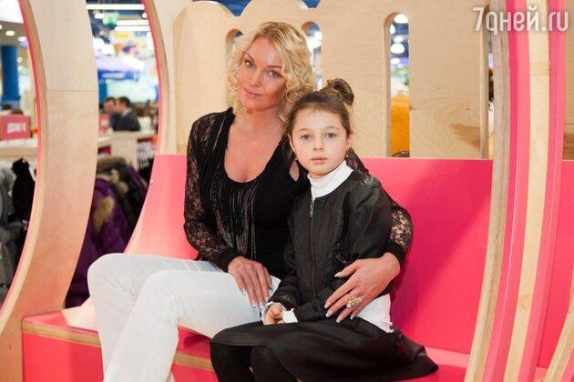 Анастасия Волочкова с дочкой Ариной на открытии магазина «Десткий мир» в торговом центре «МЕГА Белая Дача»