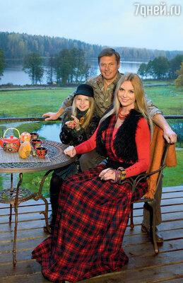 Певица Варвара, ее муж Михаил и дочка Варя на террасе своего дома