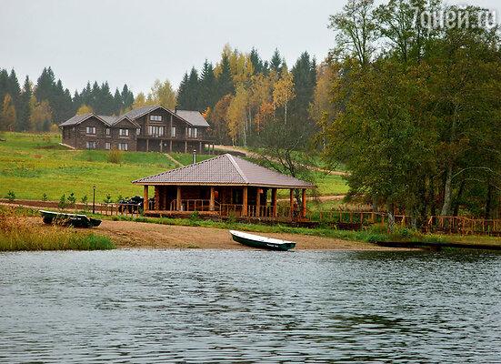Место для строительства дома выбирала Варвара — прямо улеса, на пригорке, с которого открывается красивейший вид на озеро, в тихом, уединенном месте. До ближайшей деревни отсюда больше трех километров!