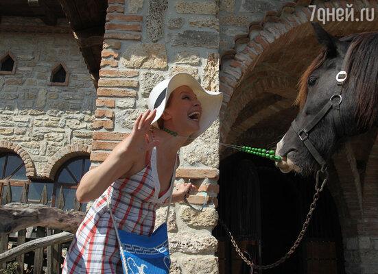 Деревянные бусы Евгении Бордзиловской  приглянулась одному из скакунов, которых показывали гостям в конюшне