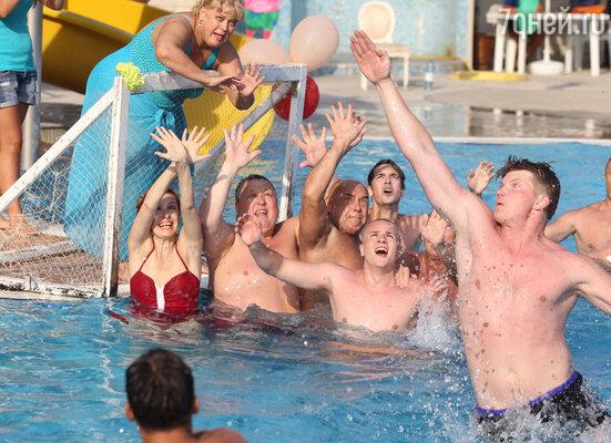Актриса Любовь Руденко отбивала мячи, стоя на кромке бассейна, сразу за воротами актеров…