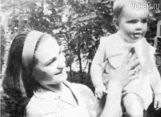 9-месячная Катя на руках у мамы Татьяны