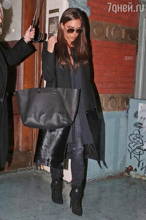 Виктория Бекхэм в пальто из  коллекции осень-зима 2013-14 для именного бренда Victoria Beckham