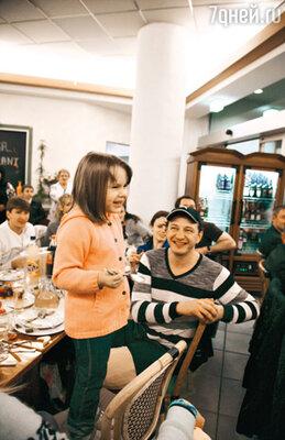 На заключительном приеме Амели, дочь Марата Башарова, развеселила всех, произнеся традиционную фразу Татьяны Тарасовой: «Потрясающе! Я бы всем поставила 6.0!»