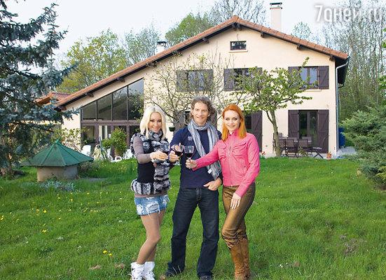 Лера, Гвендаль и Марина на лужайке перед загородным домом Пейзера