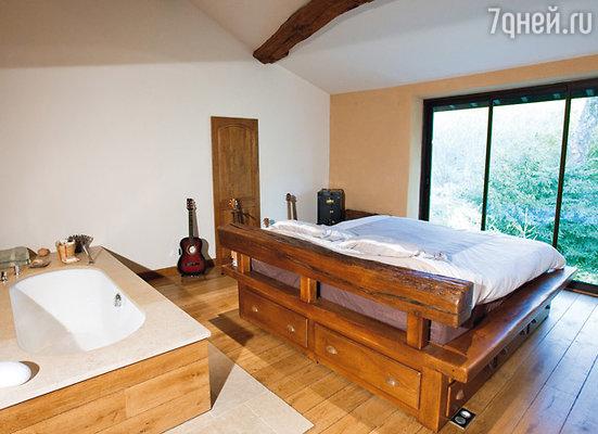 В спальне Гвендаля можно принять ванну, а оригинальная кровать поднимается до нужного уровня с помощью пульта управления
