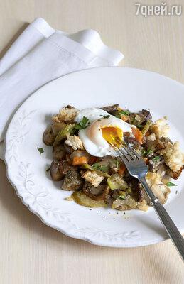 Грибное рагу с крутонами, луком, морковью, сельдереем и яйцом пашот