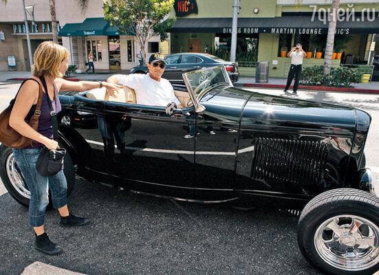 Новый автомобиль Сильвестра Сталлоне привлекает прохожих не меньше, чем сам актер