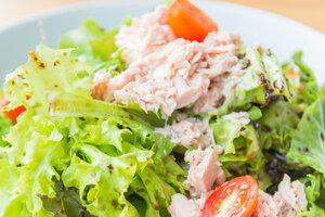 Диетический салат с тунцом: рецепт от певицы Нади Ручки
