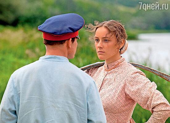 Аксинью играет дебютантка, студентка театрального вуза Полина Чернышова