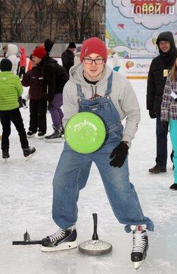 Макар Запорожский из Молодёжки играет в айсшток