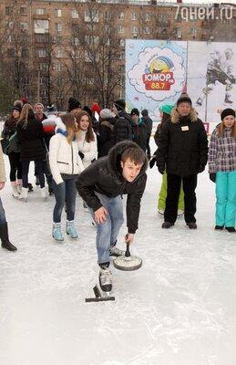 Игорь Огурцов из Молодёжки играет в айсшток
