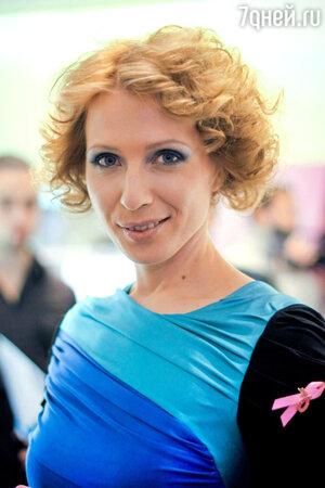 Яна Чурикова на благотворительной акции «Розовая ленточка» против рака груди, прошедшей в ЦУМе в 2010 году