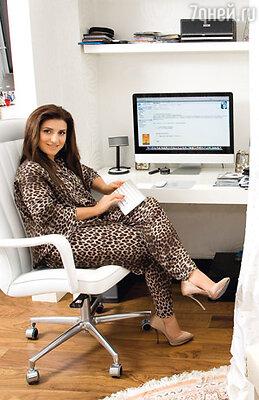 Отдельный кабинет певица делать не захотела. Большой письменный стол она поставила возле окна в спальне. «Мне хватает. Я считаю, что кабинеты должны быть у мужчин»