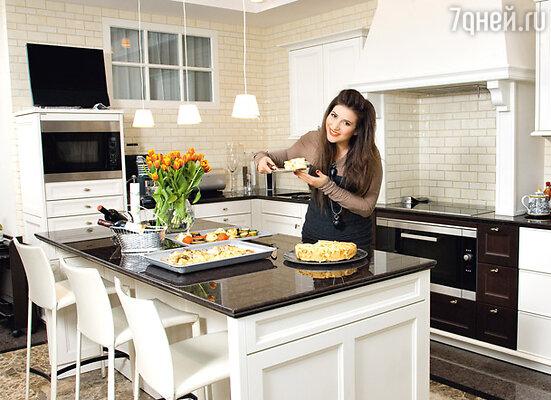 «Я очень люблю готовить и провожу на кухне много времени, поэтому старалась сделать ее максимально удобной. Если придется когда-либо переезжать, то кухню возьму с собой. Она идеальна»