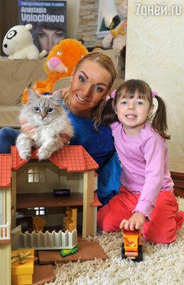 Анастасия Волочкова с дочерью Ариадной и котом Жоржем породы «невская маскарадная»