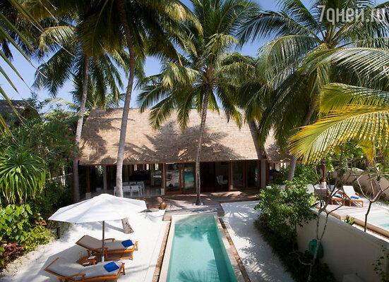Екатерина отдыхала на Мальдивах уже трижды, останавливаясь в одном и том же месте. «Отель расположен на двух островах, соединенных между собой длинным мостиком, по которому можно прогуливается пешком»