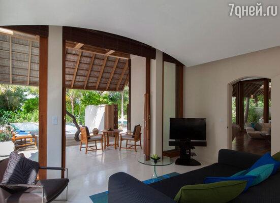Вроде бы вилла как вилла: гостиная 100 квадратных метров, спальня метров 70 и спа-зона во дворе тоже не меньше