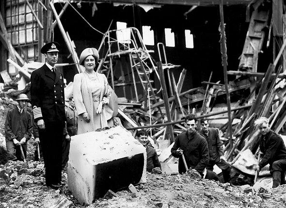Елизавета и ее венценосный супруг осматривают повреждения Букингемского дворца из-за попадания немецкой бомбы