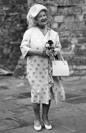 В отличие от всех прежних вдовствующих королев, Елизавета отказалась стать затворницей, влачащей свое существование в дальних комнатах королевского замка. Овдовев, Елизавета прожила еще 50слишним лет, до конца своей жизни сохраняя жизнерадостность и оптимизм