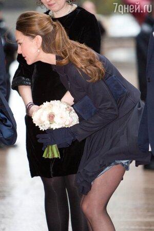 Ветер не помешал Кейт Миддлтон принять букет из рук 9-летней Тирни Поттер