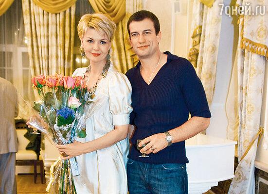 Юлия Меньшова с партнером по спектаклю Андреем Чернышовым