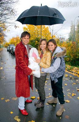 Владимир Левкин с новорожденной дочкой, женой Марусей и старшей дочерью Викторией