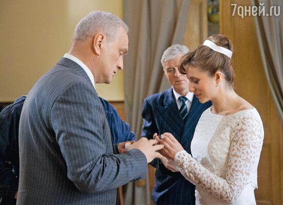 Съемки бракосочетания Жукова со второй женой Галиной Семеновой (Анна Банщикова): ему 54 года, ей — 22...