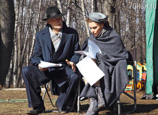 С Лидией Захаровой (Любовь Толкалина) Жуков до загса так и не дошел, хотя их роман продлился девять лет. Борис Щербаков играет Пилихина, двоюродного брата маршала